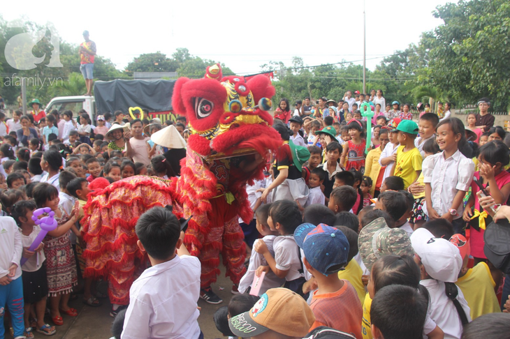 Pesta Musim Rontok yang penuh kasih sayang untuk anak-anak yang menjumpai kesulitan - ảnh 1