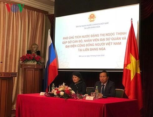 Wapres Viet Nam, Dang Thi Ngoc Thinh melakukan pertemuan dengan komunitas orang Vietnam di Rusia - ảnh 1