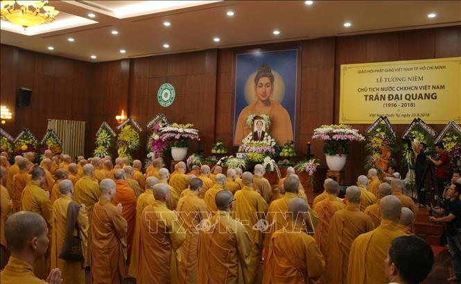 Para biksu-biksuni dan kaum Buddhis Laos – Viet Nam di Laos mengadakan upcara melepas arwah, mengenangkan Presiden Tran Dai Quang - ảnh 1