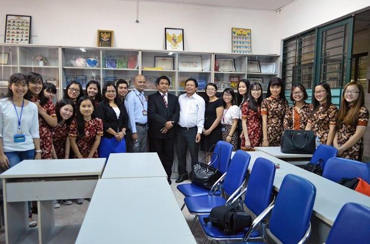 Kalangan muda Viet Nam dengan bahasa Indonesia - ảnh 1