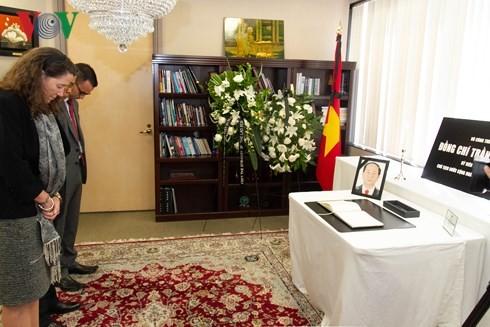 Kantor-kantor perwakilan diplomatik Viet Nam di luar negeri mengadakan upacara berziarah kepada Presiden Tran Dai Quang - ảnh 1