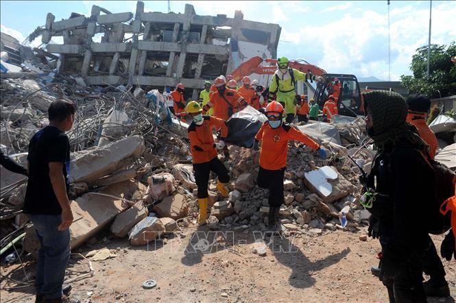 Gempa dan tsunami di Indonesia: Berlomba dengan waktu untuk menolong para korban - ảnh 1