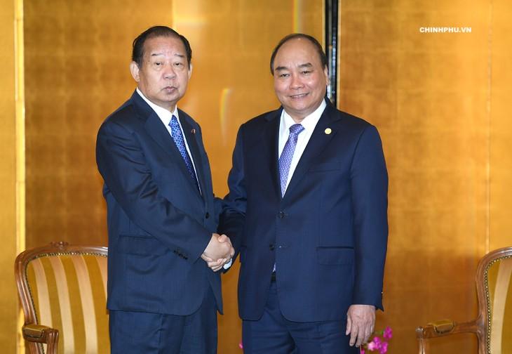 PM Nguyen Xuan Phuc menerima badan usaha di sela-sela KTT Mekong-Jepang dan kunjungan di Jepang - ảnh 1
