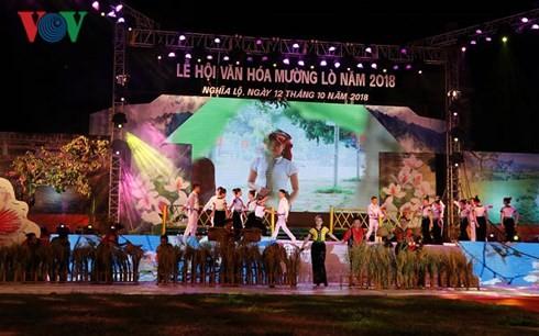 """Ribuan orang ikut serta dalam pesta """"Muong Lo dalam festival tarian Xoe Hoa yang gembira"""" - ảnh 1"""