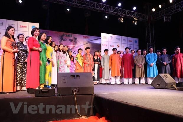 Menyosialisasikan busana Ao Dai Vietnam pada Pekan feisyen global di India - ảnh 1