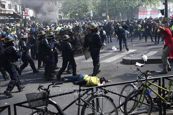 """Perancis: Demontrasi dari faksi """"Rompi kuning"""" menjadi huru hara, lebih dari 100 orang ditangkap di Paris - ảnh 1"""