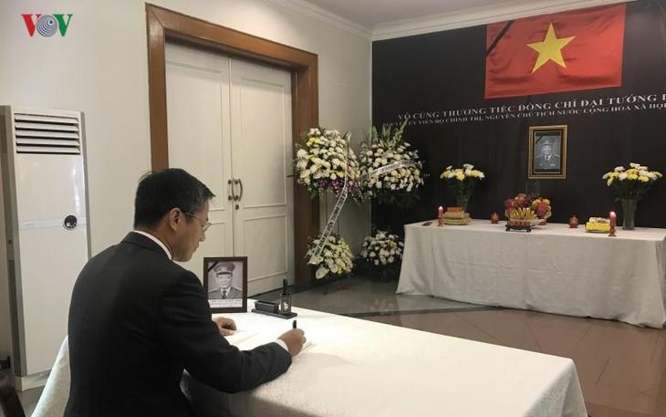 Kedutaan Besar Vietnam untuk Indonesia mengadakan upacara berziarah dan membuka buku perkabungan untuk mantan Presiden, Jenderal Le Duc Anh - ảnh 1