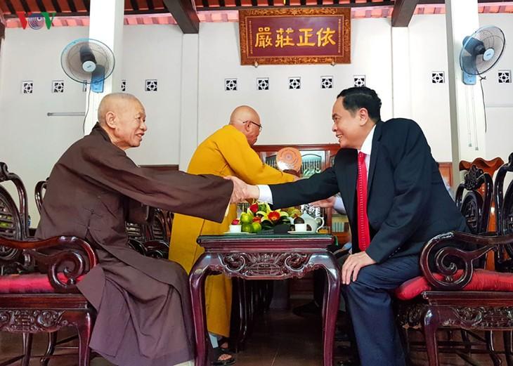 Ketua Pengurus Besar Front Tanah Air Vietnam mengunjungi Provinsi Quang Tri untuk menyampaikan ucapan selamat Hari Raya Waisak - ảnh 1
