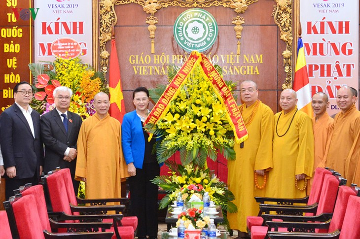Ketua MN Vietnam, Nguyen Thi Kim Ngan berkunjung dan mengucapkan selamat kepada Dewan Pengurus Pusat Sangha Buddha Vietnam - ảnh 1