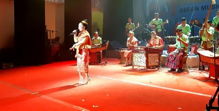 Rombongan kesenian Laos memperkuat temu pergaulan dan belajar pengalaman di Festival Musik ASEAN - ảnh 1