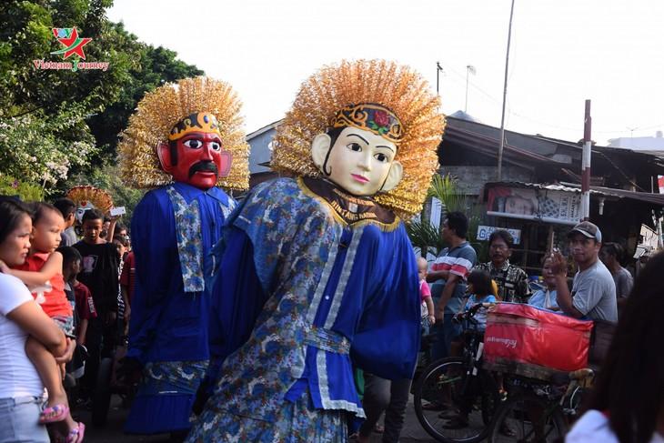 Lambang budaya Ondel-Ondel memenuhi jalan - jalan menjelang hari berdirinya Kota Jakarta - ảnh 11
