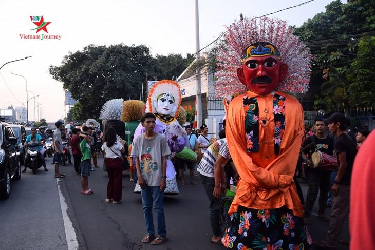 Lambang budaya Ondel-Ondel memenuhi jalan - jalan menjelang hari berdirinya Kota Jakarta - ảnh 1