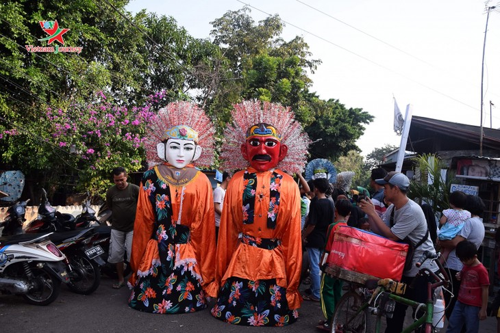 Lambang budaya Ondel-Ondel memenuhi jalan - jalan menjelang hari berdirinya Kota Jakarta - ảnh 6