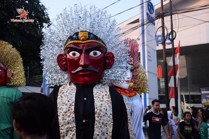 Lambang budaya Ondel-Ondel memenuhi jalan - jalan menjelang hari berdirinya Kota Jakarta - ảnh 7