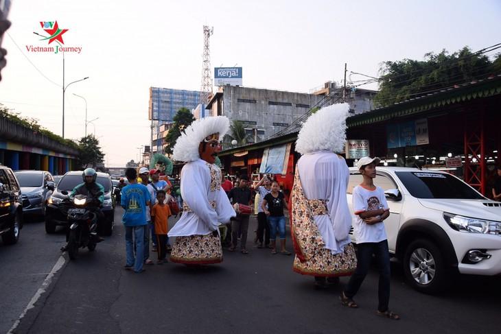 Lambang budaya Ondel-Ondel memenuhi jalan - jalan menjelang hari berdirinya Kota Jakarta - ảnh 9