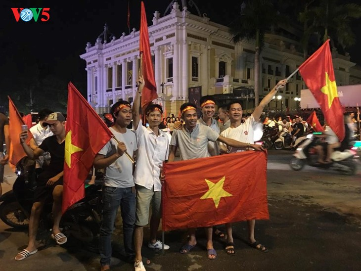 Vietnamese fans cheer football team at ASIAD - ảnh 1