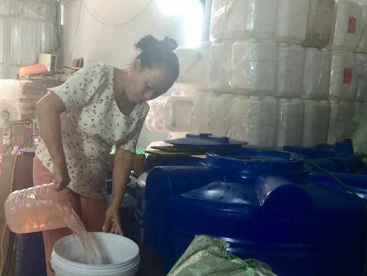 Vietnamese woman makes cleaning fluid from garbage - ảnh 1