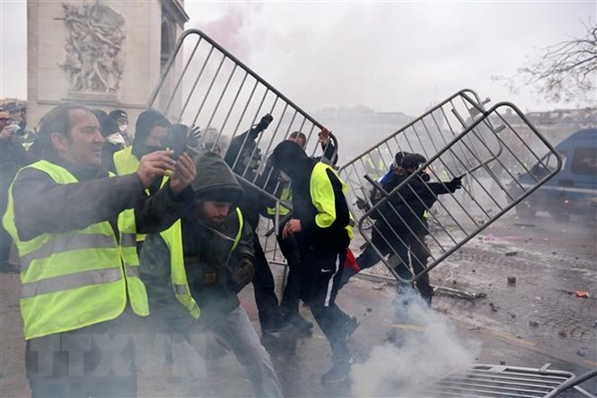 Paris police fire tear gas as yellow vest protests turn violent - ảnh 1