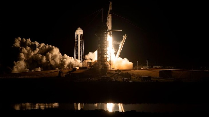 SpaceX's Crew Dragon successfully docks with ISS - ảnh 1