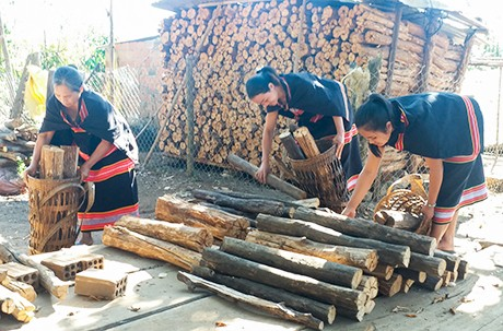 Wood, a treasured symbol of love by Gie Trieng women - ảnh 1