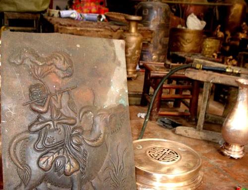 Восстановление традиционного промысла бронзового литья в деревне Дайбай - ảnh 3