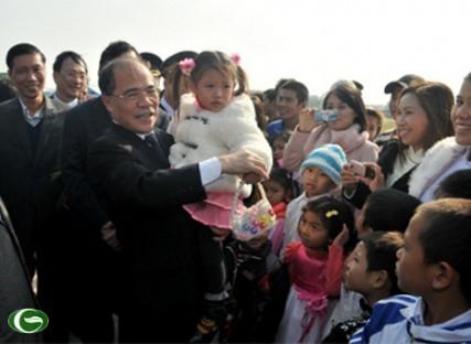 Встреча спикера вьетнамского парламента с избирателями уезда Батьлонгви - ảnh 1