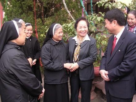 Вице-президент СРВ посетила католический приход Кимшон в связи с Рождеством - ảnh 1