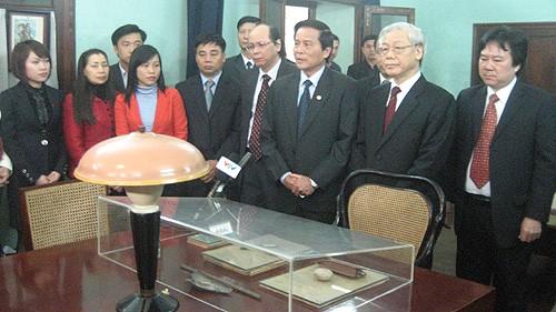 Руководители Партии и Государства посетили мавзолей президента Хо Ши Мина - ảnh 1