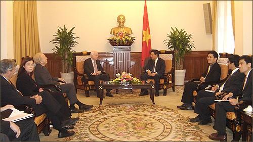 Продолжение визита сенатора Джона Маккейна во Вьетнам - ảnh 1