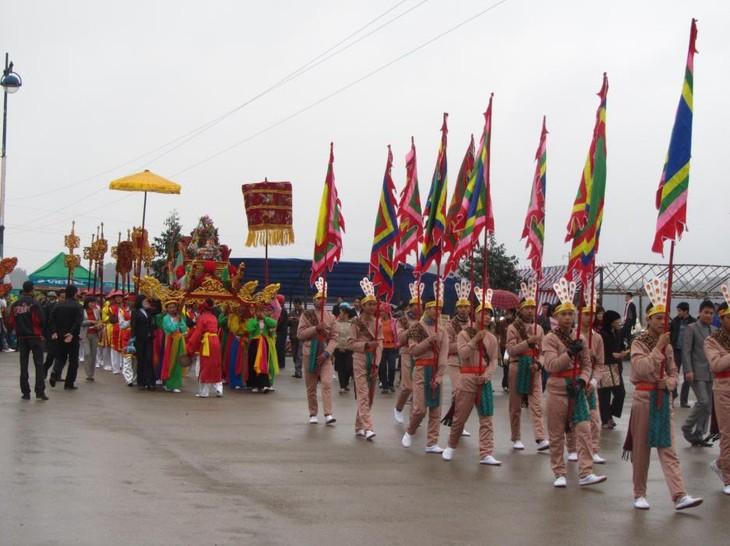 В провинциях и городах страны продолжают проходить разные праздники - ảnh 1
