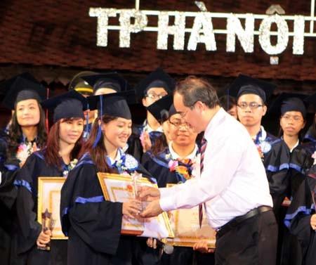 В Ханое названы лучшие выпускники городских ВУЗов - ảnh 1