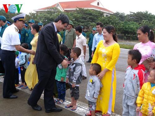 Делегация Голоса Вьетнама навестила жителей и солдат островного уезда Чыонгша - ảnh 1