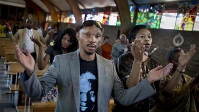 Жители ЮАР скорбят о смерти Нельсона Манделы - ảnh 1