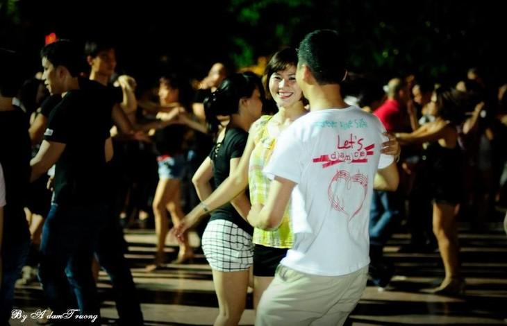 Уличная сальса – здоровое развлечение для ханойской молодёжи - ảnh 3