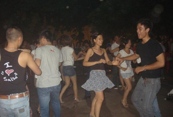 Уличная сальса – здоровое развлечение для ханойской молодёжи - ảnh 5