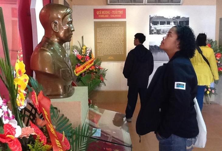 В Ханое открылась выставка «Жизнь и карьера генерала армии Нгуен Чи Тханя» - ảnh 2