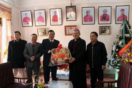 Генсек ЦК ОФВ посетил приходскую церковь города Лангшон в связи с Рождеством - ảnh 1