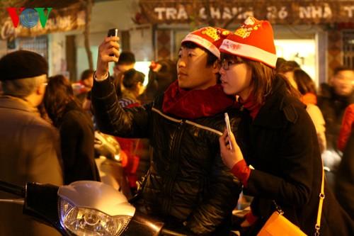 Вьетнамцы встретили Рождество в радостной атмосфере - ảnh 3