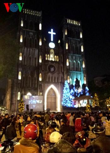 Вьетнамцы встретили Рождество в радостной атмосфере - ảnh 2
