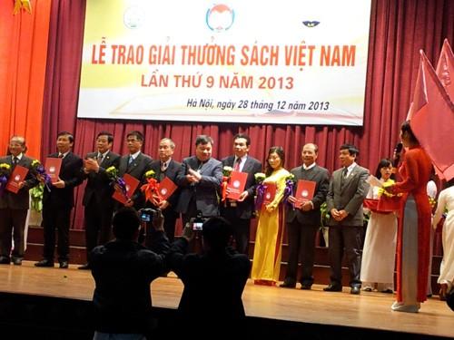 В Ханое состоялась церемония вручения приза «Книги Вьетнама – 2013» - ảnh 1