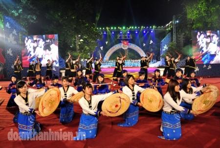 Во Вьетнаме оживленно проводятся новогодние мероприятия-2014 - ảnh 1