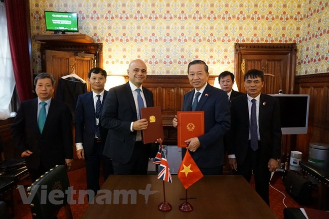 Вьетнам и Великобритания подписали памятный протокол о сотрудничестве в борьбе с торговлей людьми - ảnh 1