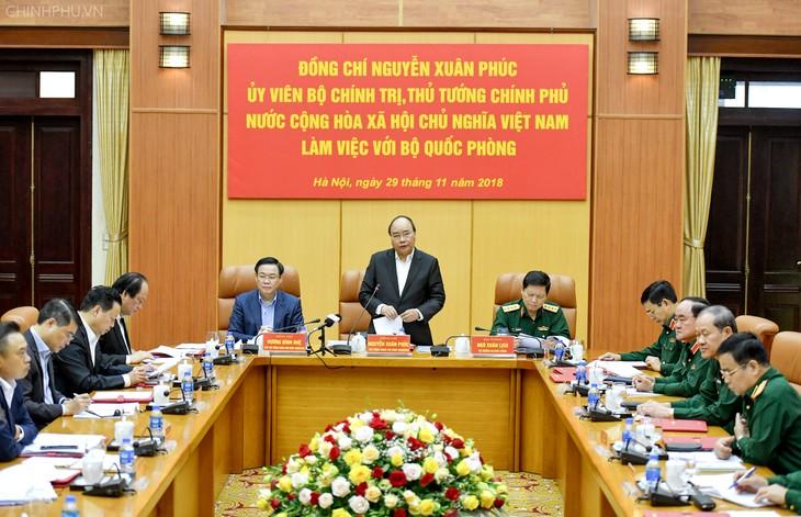 Премьер-министр Вьетнама провёл рабочую встречу с руководством Министерства обороны - ảnh 1