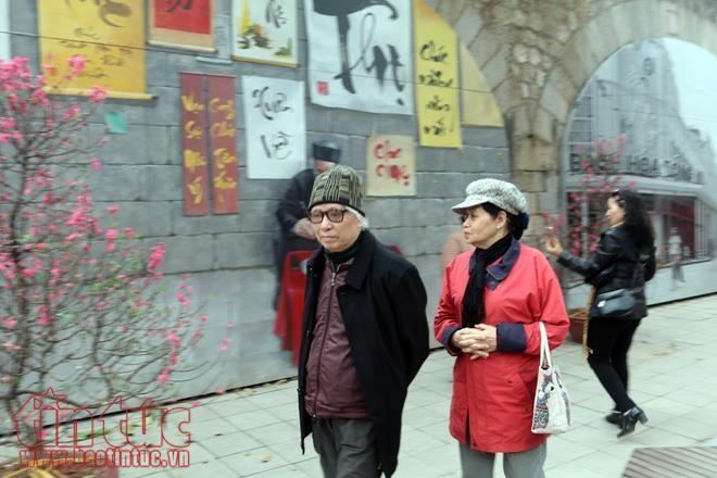 Ханойцы готовятся к встрече Нового года по европейскому календарю - ảnh 1