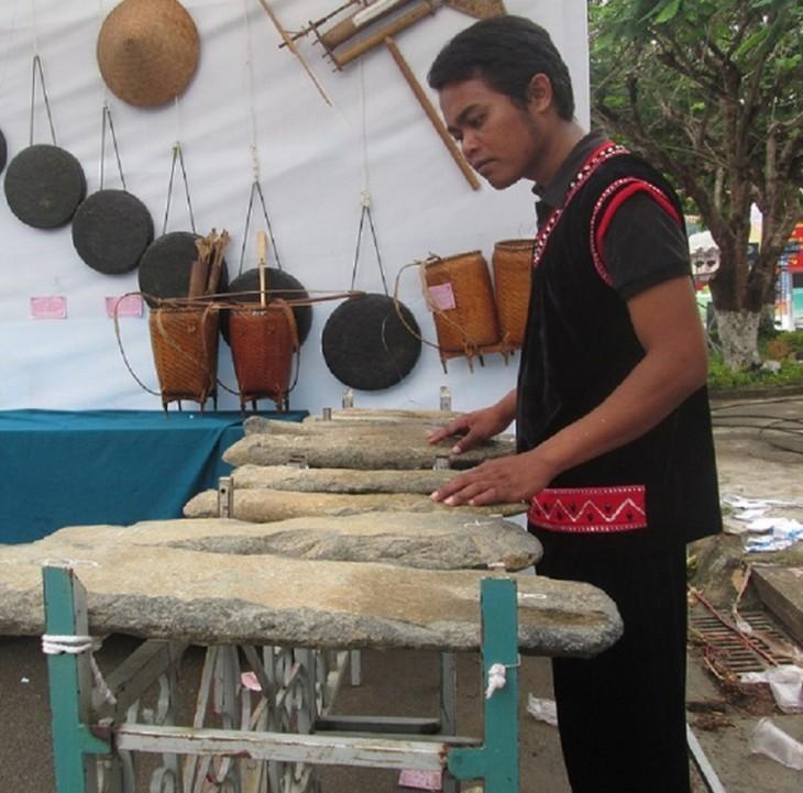 Литофон – своеобразный музыкальный инструмент малых народностей на плато Тэйнгуен - ảnh 1