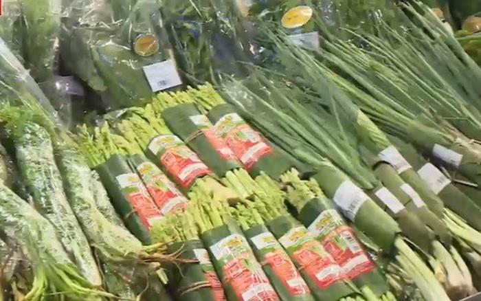 Во Вьетнаме многие супермаркеты используют банановые листья для упаковки продуктов - ảnh 1