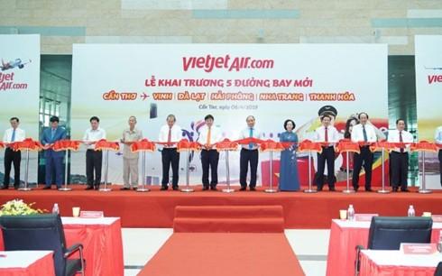 Премьер-министр присутствовал на церемонии открытия 5 новых рейсов авиакомпании Vietjet в город Кантхо - ảnh 1