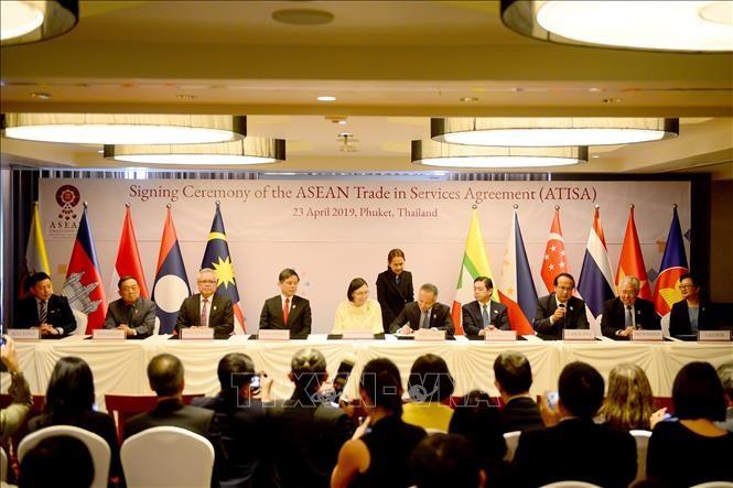 Министры экономики АСЕАН подписали два документа о сотрудничестве в сферах торговли услугами и инвестиций - ảnh 1