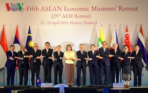 В Пхукете прошла 25-я конференция министров экономики АСЕАН в узком формате - ảnh 1