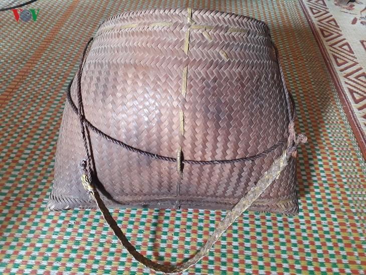 Корзина с ремешком – незаменимая вещь в повседневной жизни женщин народности Тхай на северо-западе Вьетнама - ảnh 2